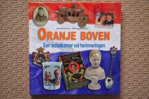 Het boek Oranje Boven eenschatkamer vol herinneringen. Hierin vele foto's uit onze verzameling.