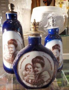 Diverse parfumflesjes uit 1909 t.g.v de geboorte van Prinses Juliana.