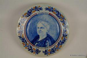Groot aardewerk bord met portret Koningin Wilhelmina 1898-1948