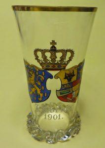 ZELDZAAM GLAS GEMAAKT IN DUITSLAND MET DE WAPENS VAN WILHELMINA EN HENDRIK IN EMAILLE