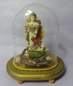 Koningin Wilhelmina in was in miniatuur ca 10 cm hoog onder glazen stolp 1898