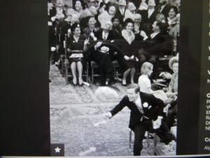 Prins Claus probeert een parachuutje te vangen