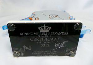 Certificaat aan onderkant sculptuur