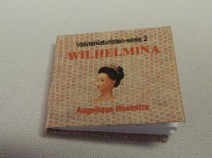 Miniatuur boekje 2x2 cm met daarin het verhaal over hoe het popje is gemaakt.