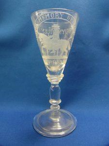 Glas gemaakt ca 1900 door de Potters Alley glassworks, Dublin. Met de text: THE GLORIOUS MEMORY OF KING WILLIAM NO SURRENDER' and 'BOYNE 1ST JULY 1690 .T.C. .S.C.' Deze glazen werden ca 1900 gemaakt voor de Oranje Orden in Ierland.