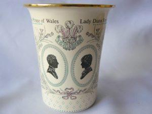 Emaille beker gemaakt door Halcyon days enamels t.g.v het huwelijk van Charles en Diana 1981.