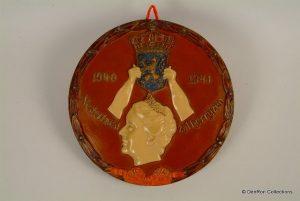 """plaquette ter herinnering aan het eerste oorlogsjaar ivan Wilhelmina in Londen met de text: """"Nederland zal herrijzen"""" 1940-1941"""