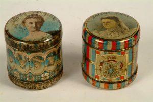 twee sponsdoosjes uit 1898 gemaakt t.g.v de inhuldiging van Koningin Wilhelmina