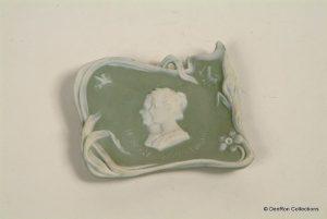 Jasperware souvenir gemaakt in Duitsland t.g.v het huwelijk van Koningin Wilhelmina en prins Hendrik in 1901.
