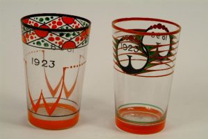Twee glazen ontwerp Cris Agterberg Jubileum Koningin Wilhelmina 1923.