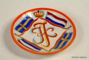 bordje gemaakt voor de voorgenomen verloving van Prinses juliana en Prins Karel van Zweden waarvan slechts 3 exemplaren zijn gemaakt.
