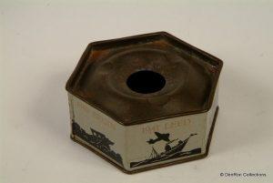 asbakje gemaakt van het materiaal waarin voedsel uit vliegtuigen werd gedropt tijdens de tweede wereldoorlog