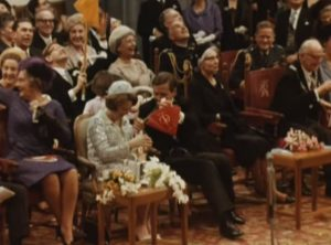 Prinses Beatrix met een van de parachuutjes.