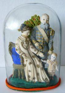 De koninklijke familie in was in miniatuur onder glazen stolp 1882