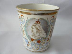 emaille beker uit 1897 t.g.v het Diamanten jubileum Koningin Victoria