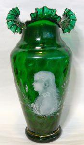 glazen vaas met de afbeelding van Wilhelmina in haar rouwkleding
