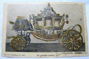 kaart gouden koets versierd met goudkleurige glitters.
