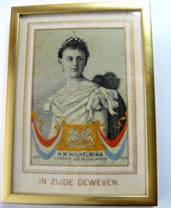 in zijde geweven portret van Koningin Wilhelmina uit 1898