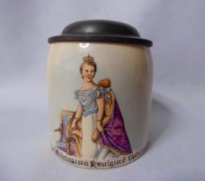 bierpul met Wilhelmina in haar inhuldigingsjapon