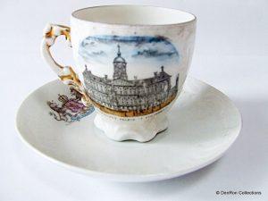 kop en schotel met op voorkant Koningin Wilhelmina 1898 en achterkant het Koninklijk paleis Amsterdam