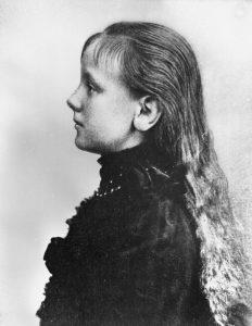 Wilhelmina in dezelfde kleding van opzij gefotografeerd