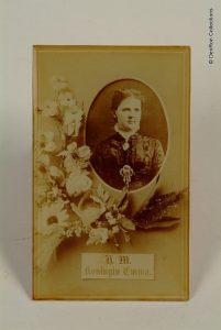 Foto van Emma gegoten in glas. De foto zelf stamt uit 1878 en is gemaakt op de dag van haar verloving.