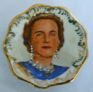 Miniatuur bordje met portret Koningin Juliana inhuldiging 1948. Gemaakt door Limoges Frankrijk